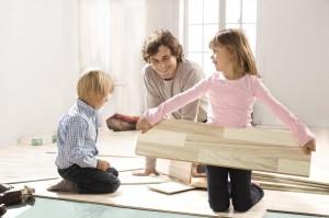 DV2376_Fussbodenverlegung_Vater-mit-Kindern