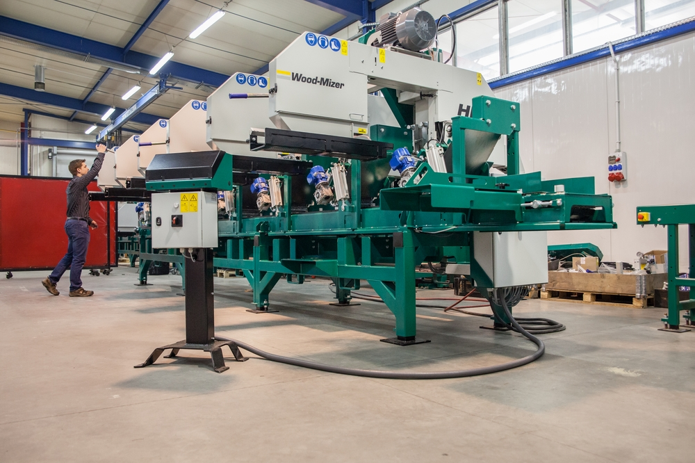 005_In its maximum configuration, the HR700 converts large cants into six boards and one slab in one pass.