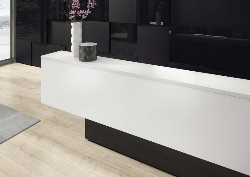Hotel reception with a wall panelling featuring PerfectSense Matt and Gloss, counter featuring Silvretta with square edge, U999 PM, U999 PG Black