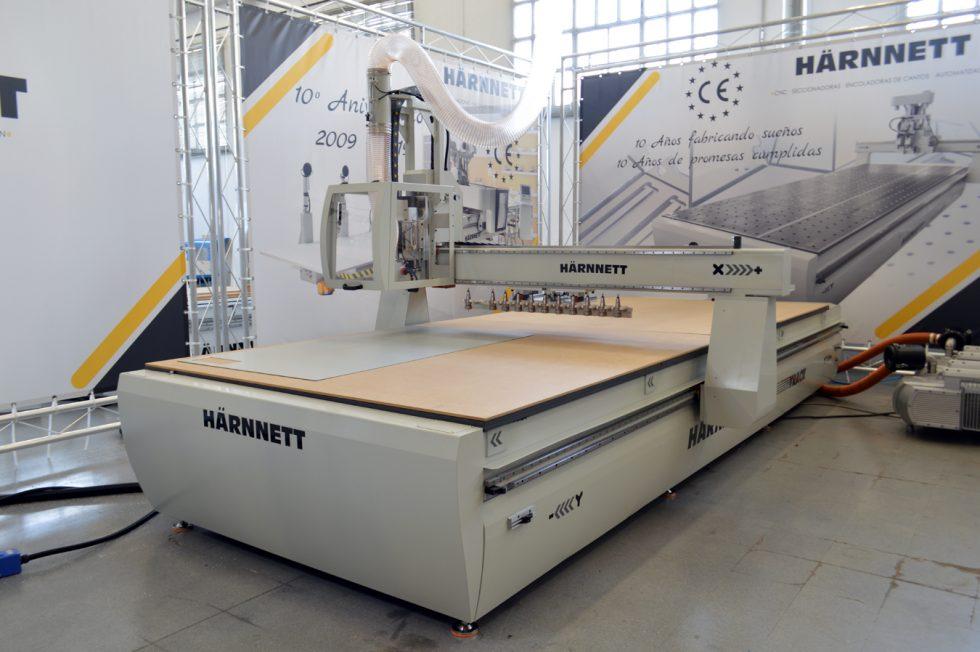 Maquinaria HÄRNNETT lanza su fabricación de mamparas y máscaras de protección
